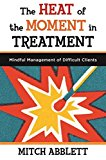 Portada de THE HEAT OF THE MOMENT IN TREATMENT: MINDFUL MANAGEMENT OF DIFFICULT CLIENTS: A MINDFULNESS-BASED SKILLS WORKBOOK FOR MANAGING DIFFICULT CLIENT INTERACTIONS (NORTON PROFESSIONAL BOOKS (PAPERBACK)) BY MITCH ABBLETT (2013-06-28)