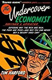 Portada de THE UNDERCOVER ECONOMIST, REVISED AND UPDATED EDITION: EXPOSING WHY THE RICH ARE RICH, THE POOR ARE POOR - AND WHY YOU CAN NEVER BUY A DECENT USED CAR! BY TIM HARFORD (2012-08-15)