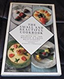 Portada de SMALL AND BEAUTIFUL COOK BOOK: SECRETS OF THE MENAGE A TROIS RESTAURANT BY ANTONY WORRALL THOMPSON (1985-09-12)
